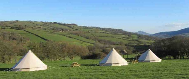 glamping-herefordshire-and-wales-golden-valley-farm-bell-tents-in-field