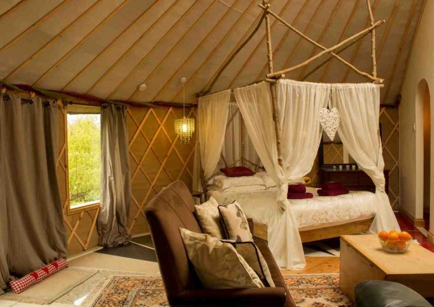 glamping-somerset-bath-the-roundhouse-four-poster-bed