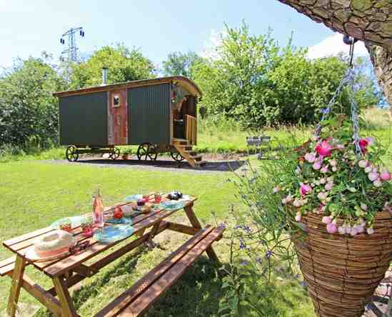glamping-northumberland-tyne-valley-shepherds-hut-at-winlaton