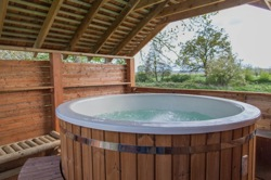 glamping-wiltshire-with-hot-tub-mill-farm