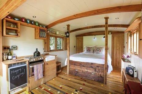 glamping-northumberland-hesleyside-huts-4-poster-bed
