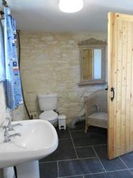 glamping-cornwall-with-hot-tub-tremeer-farm-bathroom-s