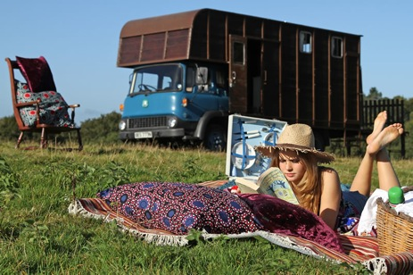 glamping-surrey-my-cool-holiday-horsebox-relaxing