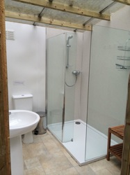 glamping-lincolnshire-new-fam-holidays-bathrooms-s