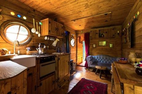 glamping-suffolk-secret-meadows-hobbit-box-interior