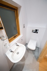 glamping-leicestershire-eye-kettleby-lakes-bathroom-s