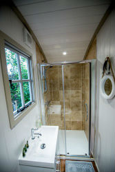 glamping-essex-the-shepherds-hide-shower-s