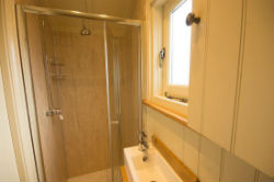 glamping-derbyshire-and-the-peak-district-oaker-farm-haddys-hut-bathroom