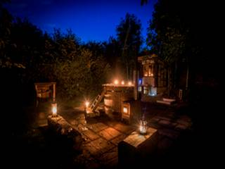 glamping-hertfordshire-and-cambridge-secret-garden-hobbit-hut-lights-s