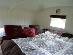 glamping-scotland-romantic-shepherds-hut-bed
