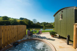glamping-in-luxury-shepherds-huts-classic-glamping-shepherds-joy-with-tub