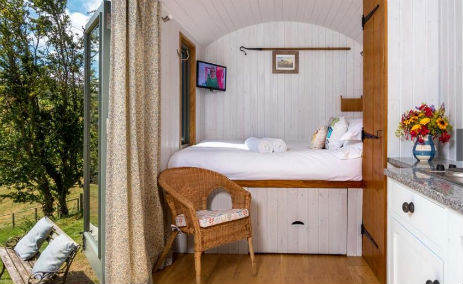 glamping-wales-herefordshire-border-hay-on-wye-brecon-shepherds-hut