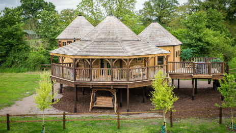 KING ARTHURS WILLOW TREEHOUSE at Mill Farm – Glamping Wiltshire with Hot Tub