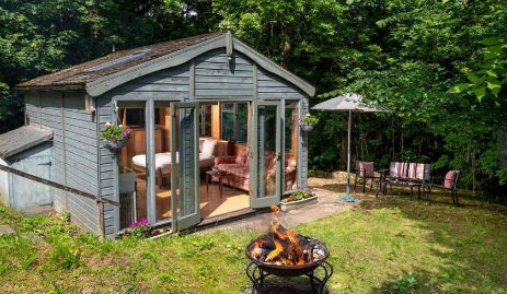 FOREST NEST CABIN Glamping Wales